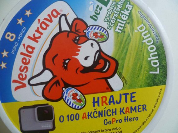 Natierací syr Veselá kráva. Nie je bez Éčok, ako ukázali testy.